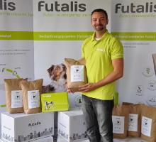 Geschäftsführer Christian Hetke mit Futterspende für das Tierheim Freiburg