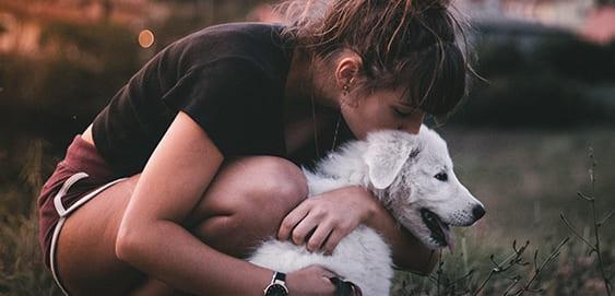 Frau schmust mit Hund